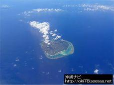 200808機内から見た与論島(左奥は沖縄本島の辺戸岬).jpg